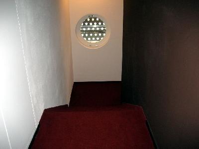 Treppenanlage in einem **** Sterne-Hotel in Scoul. Es ist ein Aufzug/Lift vorhanden - trotzdem müssen an Treppen beidseitig Handläufe angebracht werden, da Treppe als notwendige Rettungswege dienen