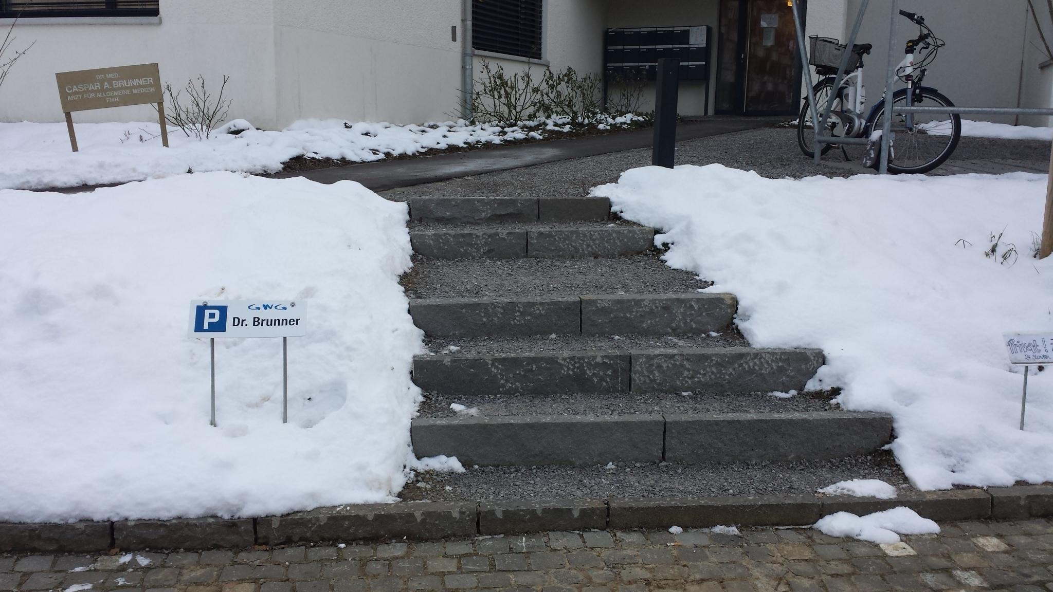 Aufgang zum Arzt ohne Handlauf an Treppen?