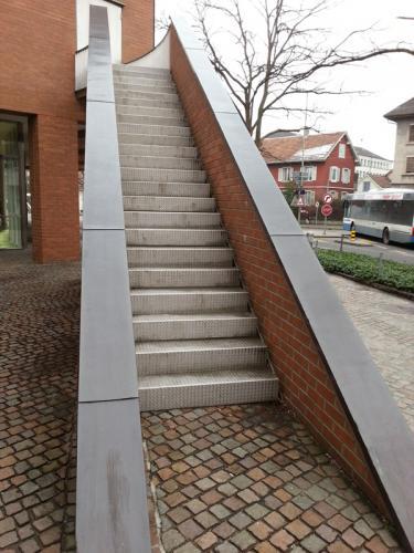 Interessanter Treppenaufgang - Fluchttreppe - beidseitig ohne Handlauf
