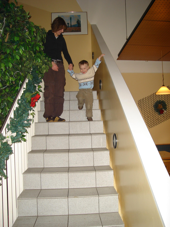 Handlauf im Kindergarten - wie gut dass Mutti gerade da ist. In Kindergärten müssen Handläufe in kindgerechter Höhe angebracht sein - ca. 65 - 75 cm ab Stufen-Vorderkante senkrecht.
