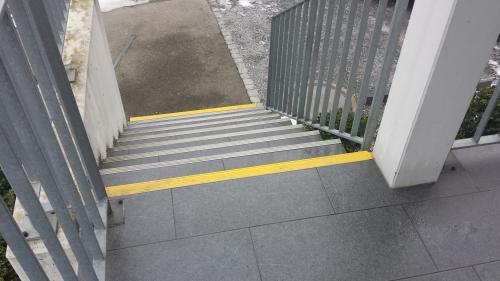 Markante und gut sichtbare Stufenmarkierung der ersten und letzten Stufe