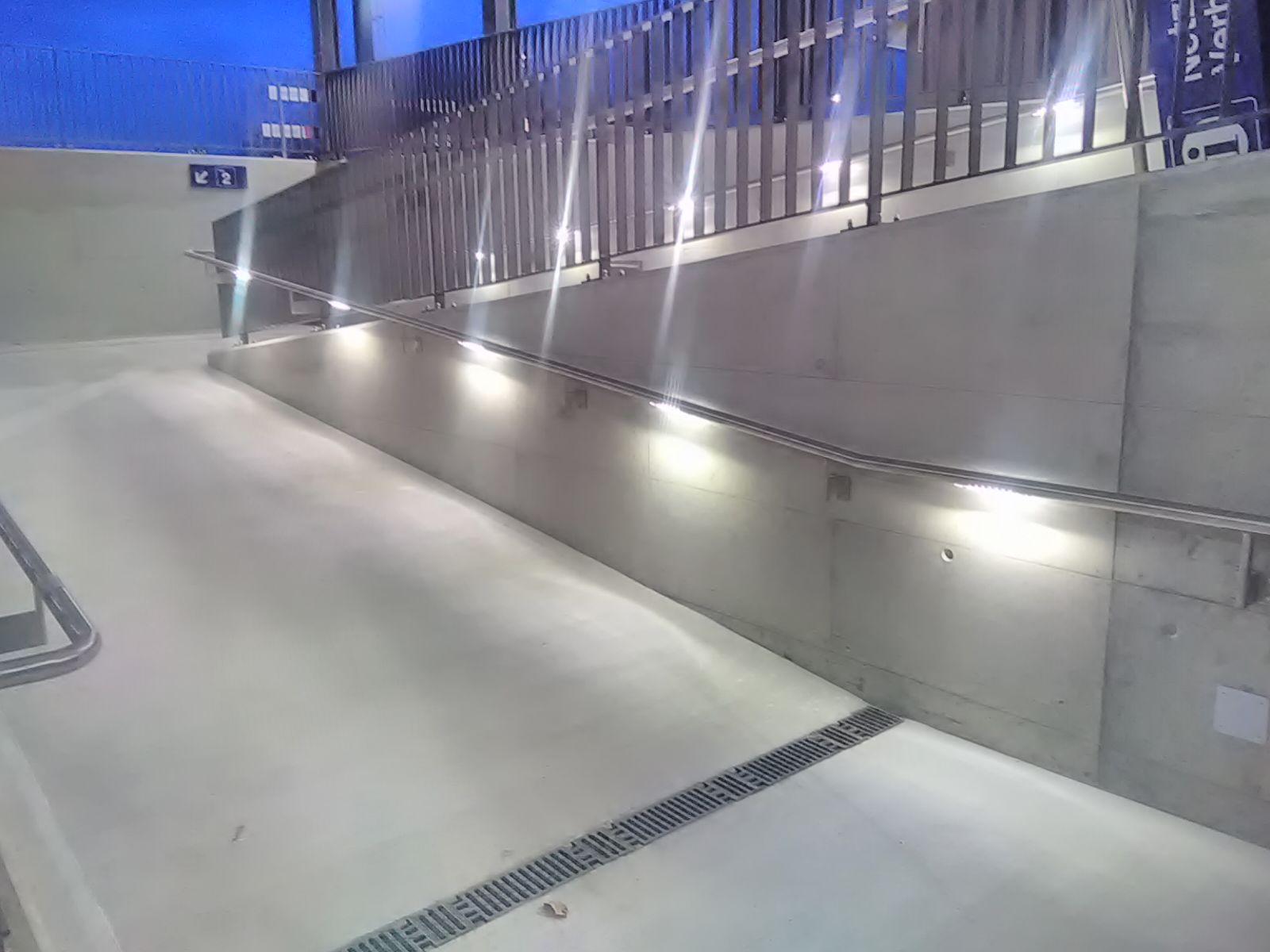 Die SBB setzt zunehmend auf Handläufe mit Licht - hier im Bahnhof Stammheim/ZH