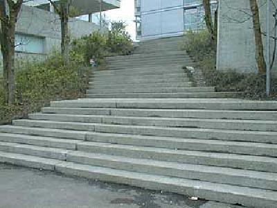Gefährlicher Treppenaufgang zu einer Schule