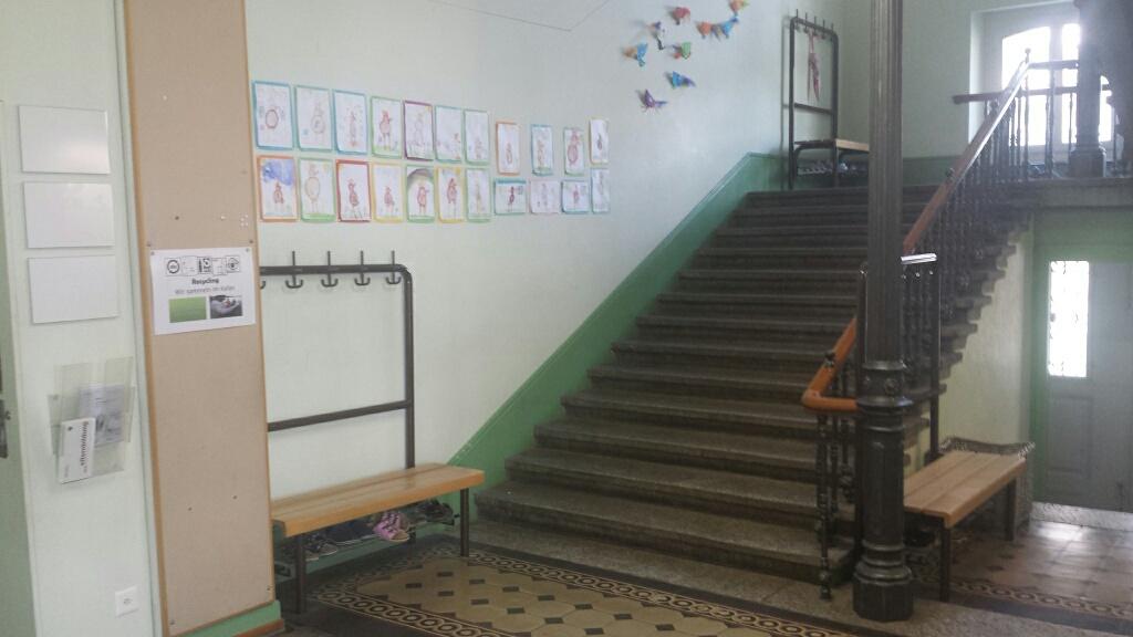 Sichere Schule? Unsicher! Auf einer Seite fehlt ein Handlauf für Schüler, Eltern und Grosseltern und das Personal.