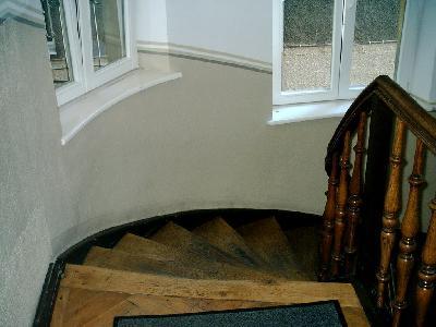 Treppenhaus, Aufgang zur Arztpraxis und Kanzleien, somit öffentlich zugängliches Gebäude. In den Vorschriften für