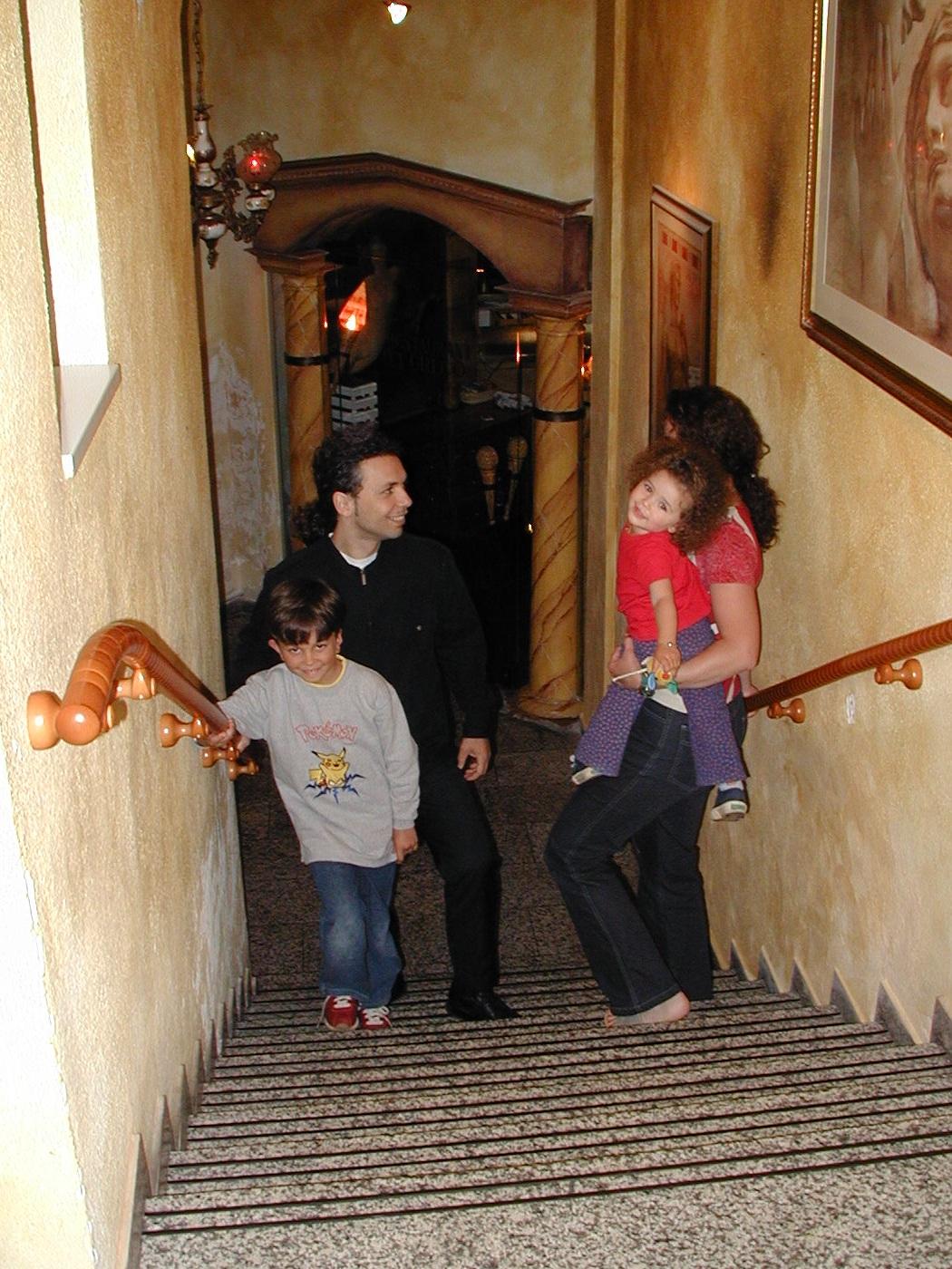 Vorbildlich ausgestatteter Abgang zu einem Griechischen Restaurant in Neusäß, Trittstufenmarkierungen, rutschsicherer Belag und beidseitig griffsichere Handläufe, welche über Stufenanfang- und ende geführt sind.