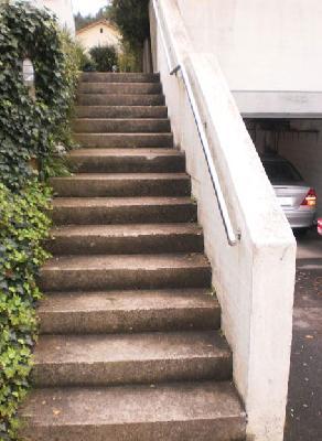 Richtig: Eine Mauerbrüstung zur Absturzsicherung, ein Handlauf zum sicheren Gehen
