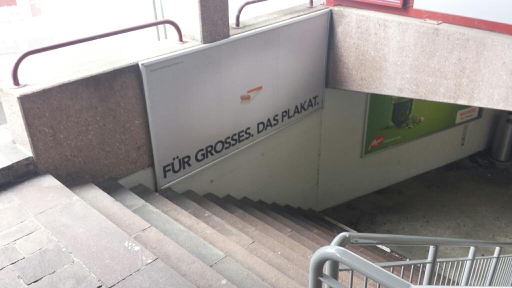 Eingang und Übergang zum Einkaufszentrum - Plakat ist wichtig, Treppensicherheit?