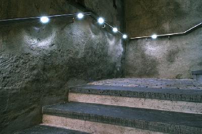 Handlauf und Beleuchtung wurden auf elegante Art in einem denkmalgeschütztem Gebäude vereint. Somit ausreichend blendfreies Licht auf den Stufen.