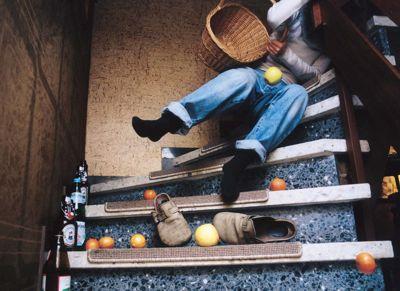 Krankenhaus in Landsberg, Treppenbreite 1,5m, Handlauf im Format 150 x 50mm, ohne Griffrille, Arbeitsstätte und Besuchertreppe. Treppe ohne Rutschsicherung, farblich nicht kontrastreich, ohne Wandhandlauf.