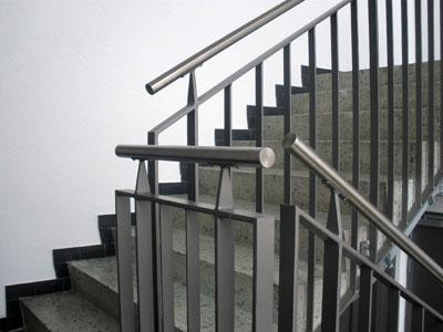 Falsche Ausführung in einem öffentlich zugänglichem Gebäude - lt. Norm müssen innere Handläufe durchgehend sein.