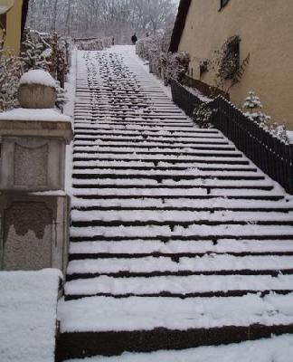Eine gefährliche Freitreppe - Treppenbreite fast 4 m, kein Geländer, kein Handlauf - eindeutige Verletzung der Verkehrssicherungspflichten