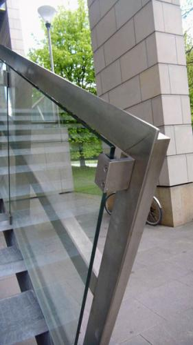 Geniale Architekten-Leistung - am Menschen vorbei: Handlauf?