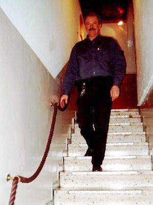 Treppen in Hotels und Gaststätten müssen beidseitig griffsichere Handläufe haben... Hier ein Beispiel, wie es sicherlich nicht sein sollte!