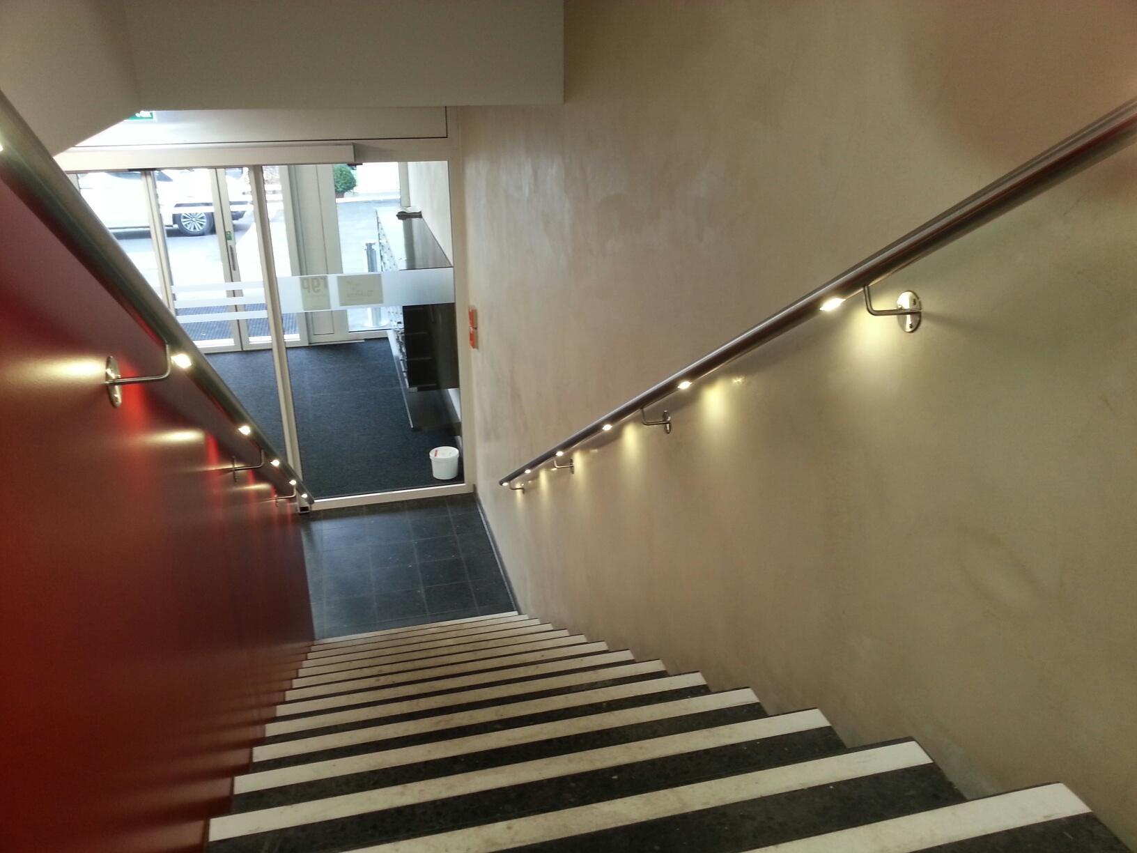 Richtig gemacht: beidseitige Handläufe mit Beleuchtung in einem Gebäude mit Publikumsverkehr, öffentlich zugänglich