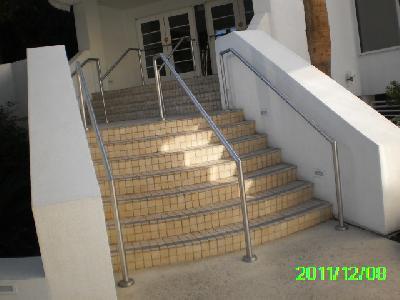 Richtig: Handlauf beidseitig und in der Mitte in einem Gebäude mit Publikumsverkehr