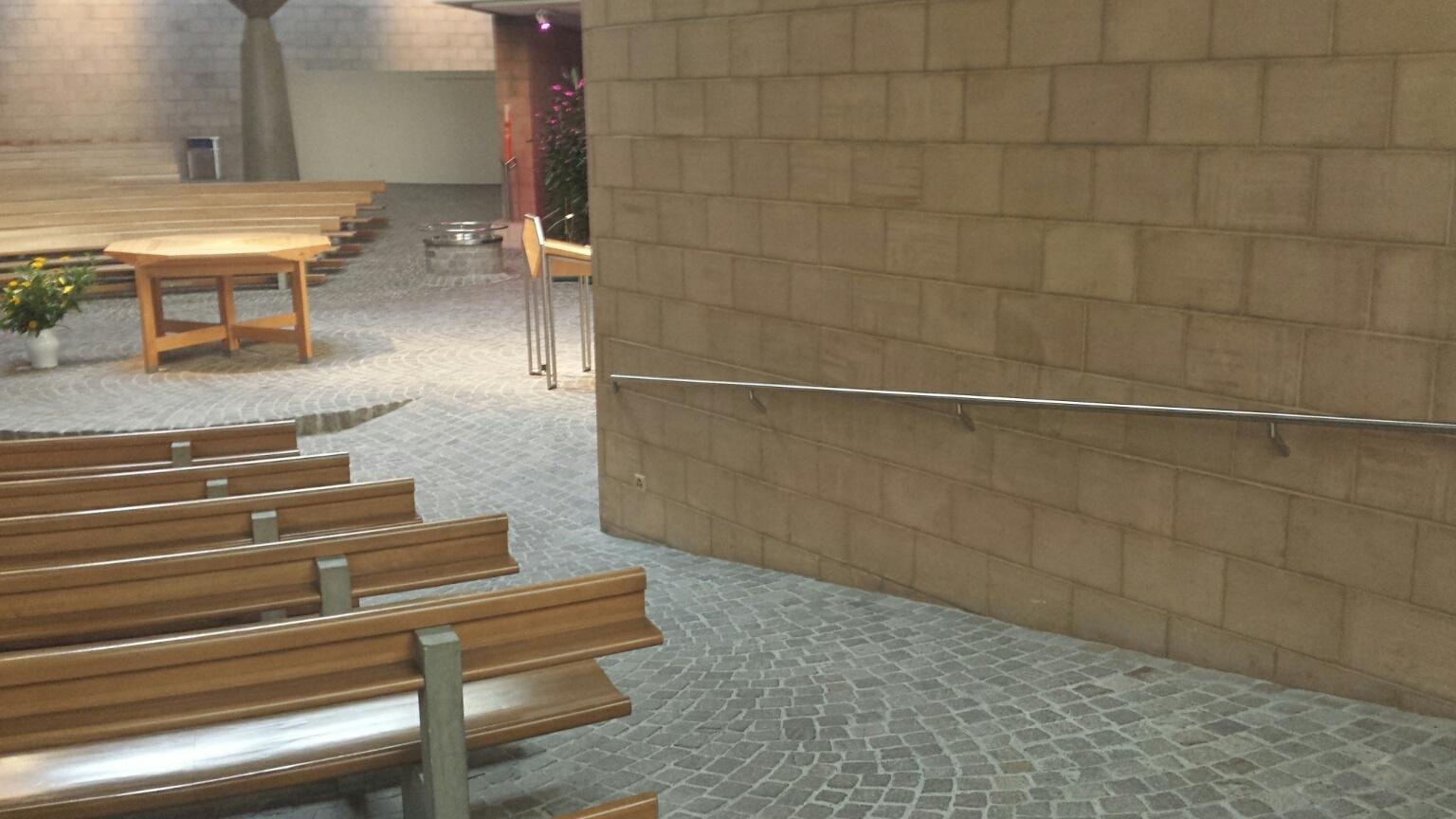 Damit die Kirchenbesucher sicher zum Altar kommen