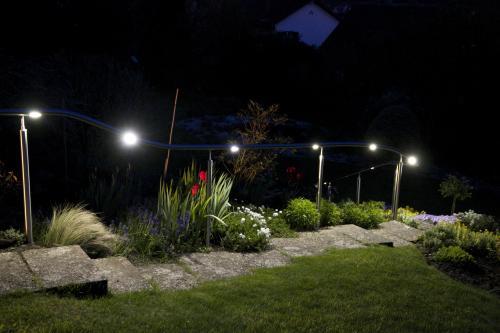 Optimale Ausleuchtung eines Weges mit Treppen in einem Garten