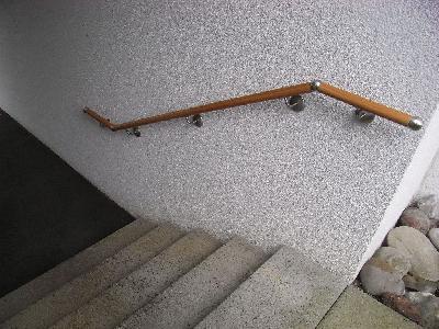 vorbildliche Lösung: Handlauf nach DIN Normen, 30 cm über die Stufen geführt und mit taktilen Kugelverbindungen