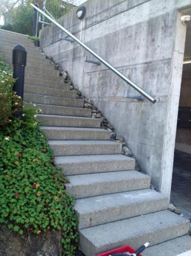 Handlauf zu dick und zu kurz - das bringt keine Treppensicherheit!