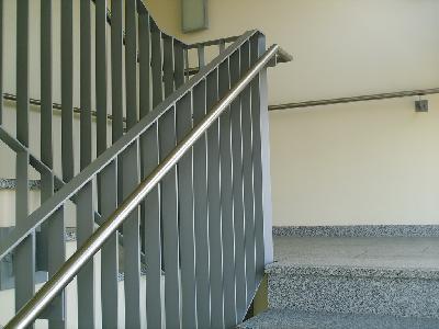 Beidseitiger Handlauf in einem Hotel in Bremen. Der Wandhandlauf in 85 cm Höhe durchlaufend, auch über Podeste und 30 cm über die erste und letzte Stufe geführt. Der Innere Handlauf durchlaufend auf 85 cm Höhe, Brüstung 1,0 m Höhe