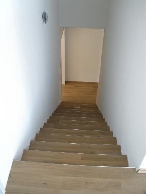 Gefährliche Innen-Treppen in der Schweiz, wo häufig kein Handlauf und kein Haltegriff vorhanden ist