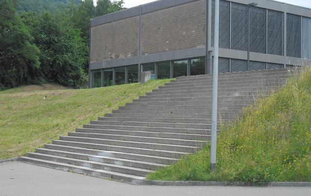 Kantonsschule: Schweizer Schüler brauchen keinen Handlauf an Treppen?