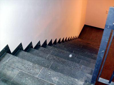 Stufen und Bodenbeläge sollen kontrastreich sein. Gerade ältere Menschen, Menschen mit Sehbehinderung sollen durch diese in der DIN Norm festgelegte Vorschrift mehr Sicherheit auf Treppen erhalten. Auch fehlt hier der in einem Altenheim notwendige beidseitige Handlauf.