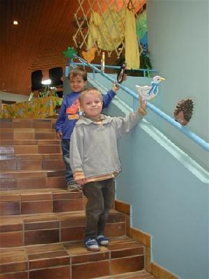Kindergarten-Baurichtlinien schreiben auf beiden Seiten der Treppen Handläufe vor - wenn, dann bitte nicht auf dieser (Ohren-) Höhe!