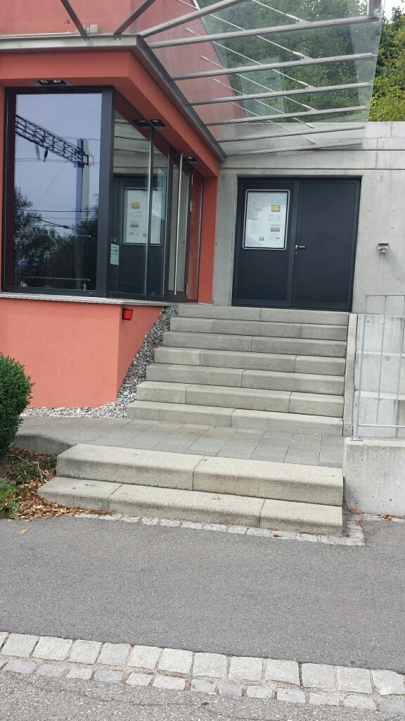 Treppenaufgang zum Kino ohne jeglichen Handlauf