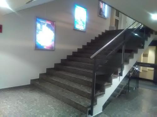 Unverantwortlich - Kino mit Treppenbreite von über 2.5 m ohne Handlauf