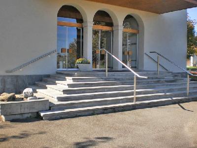 Aufgang zur Kirche - Gebäude mit Publikumsverkehr, beidseitig und mittiger Handlauf