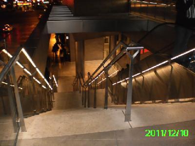 Richtig: beidseitiger Handlauf mit Licht und Mittelhandlauf in einem Einkaufszentrum