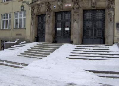 München - öffentlich zugängliches Gebäude - nicht nur ältere oder behinderte Menschen ein Problem! Jeweils ein mittiger - vielleicht die Stufen beleuchtender Handlauf - könnte für Sicherheit sorgen.