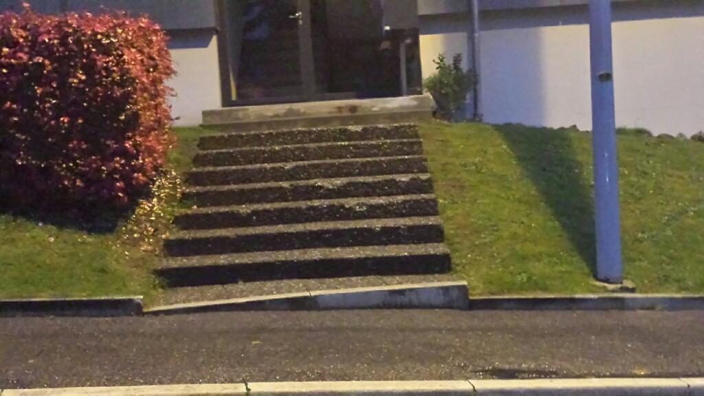 Aufgang zu einer Wohnanlage nähe Bern - kein Versicherungsschutz, da gesetzliche Vorgaben nicht eingehalten
