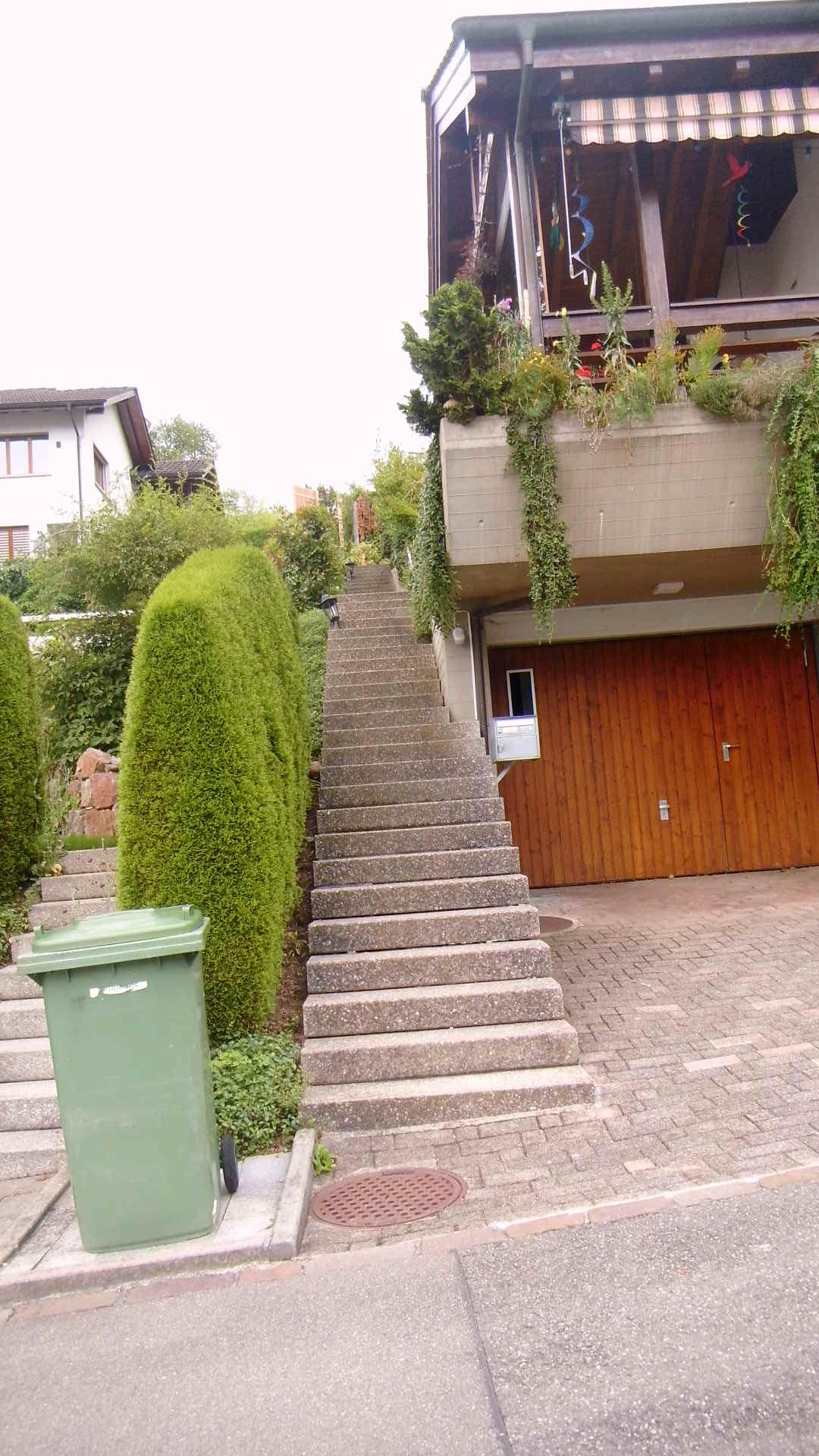 Sicherheit für Bewohner und Besucher der Wohnanlage ohne Handlauf