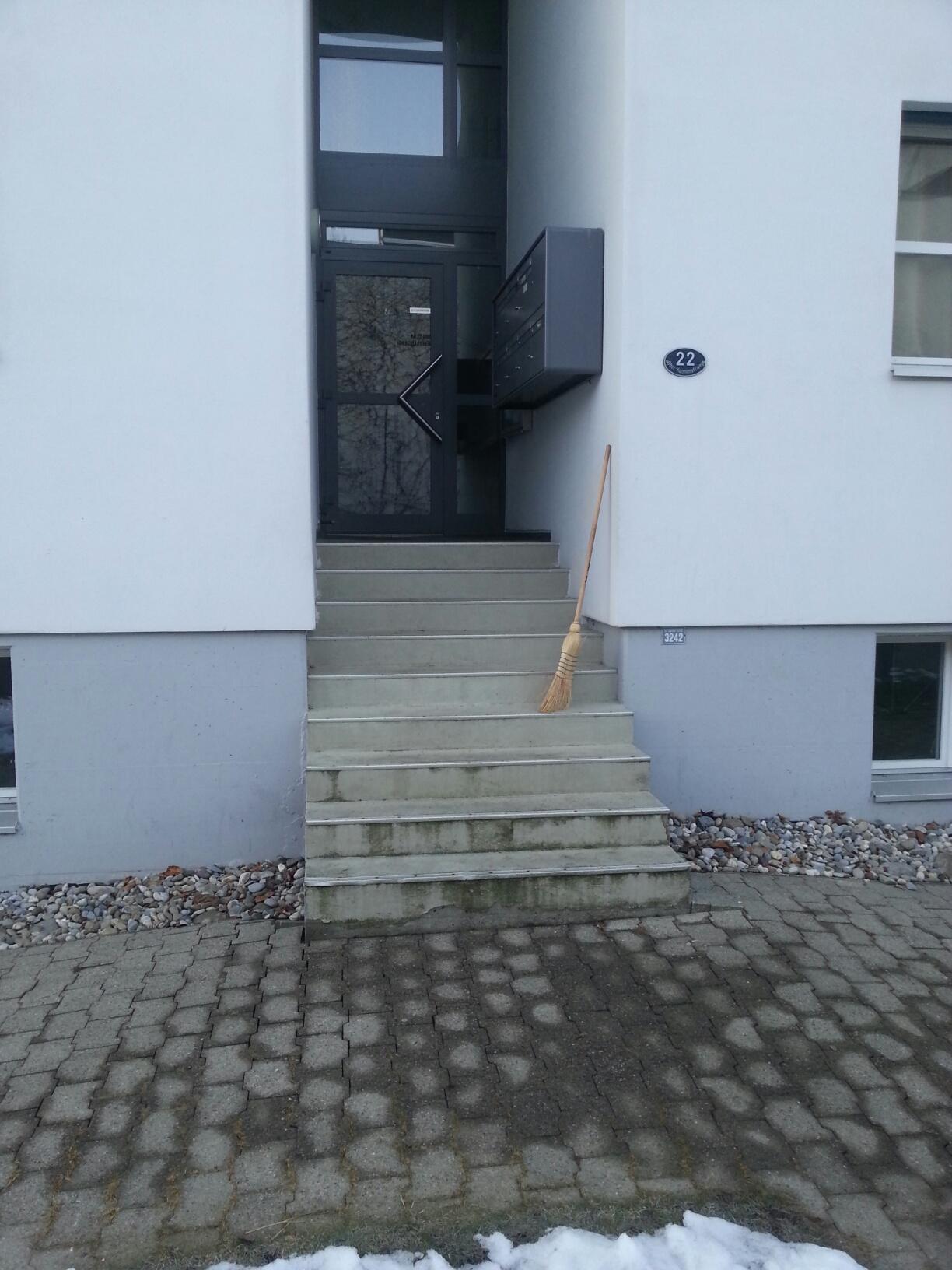 Gibt es nur in der Schweiz: Hauseingang für ein Mehrfamilienhaus im Kanton Luzern