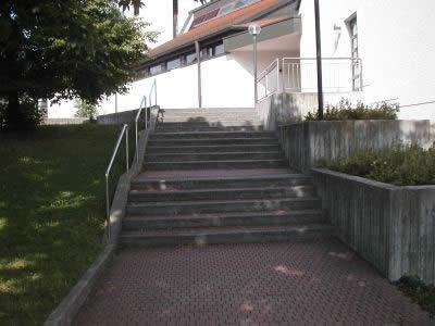 Pfarrzentrum einer kath. Gemeinde, Treppenbreite ca. 3,0 m, für Gottesdienstbesucher oftmals ein unsicherer, schwerer Weg in die Kirche...