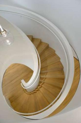 Vorbildliche Treppe im Roche-Tower in Basel, Treppe mit beidseitigem Handlauf an einer Mauerbrüstung