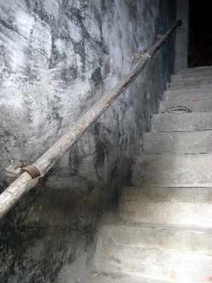Nicht mehr ganz neu, aber immer noch ein griffiger Halt an einer Treppe.