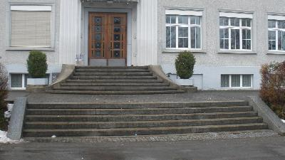 Gravierende Sicherheitsmängel durch fehlende Handläufe bei einer Schule