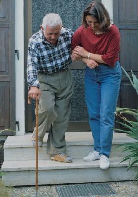 Wie gut, dass die freundliche Dame vom Sozialdienst gerade da ist - aber was ist, wenn der Herr ohne fremde Hilfe die Treppe benutzen soll? Ddaher stets auf beiden Seiten der Treppe einen Handlauf anbringen - nicht nur für den älteren oder behinderten Mitbürger.