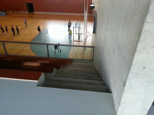 Eine öffentliche Sporthalle ohne Handlauf - darf nicht sein!