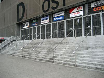 Richtig: Stade de Swiss mit Zwischenhandlauf