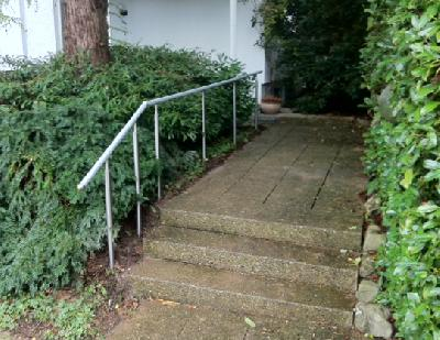 Handlauf an einer Treppe mit anschliessender Rampe mit 6 % Gefälle