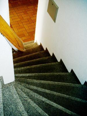 Treppenaufgang zum Arzt und Rechtsanwalt, bei Sturz am besten gleich Beide besuchen, innen schmale Stufen, Wandseitig auf der