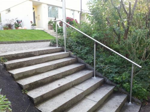 Aufgang zur Wohnanlage - für diese Treppe sind alle Miteigentümer verantwortlich. Zum eigenen Haus jeder einzlne Besitzer.