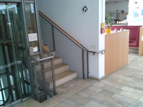 Richtig gemacht: Beidseitige Handläufe neben dem Treppenlift, auch durchgehend ausgeführt