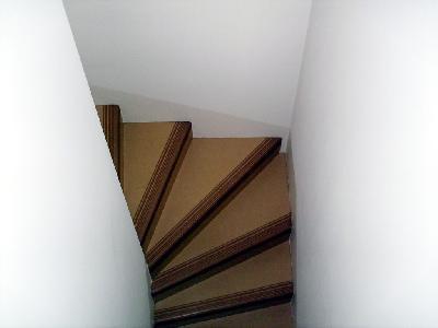 Auch umwandete Treppen (Treppen mit beidseitiger Wand) in der Schweiz müssen einen Handlauf haben, wie hier in einem Privathaus.
