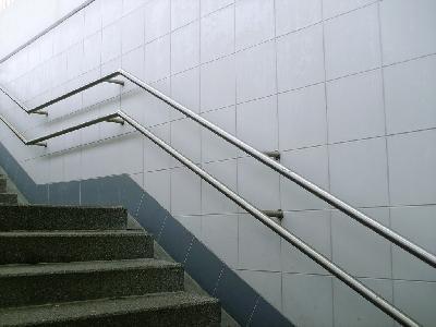 Unterführung Richtig: beidseitige Handläufe in Höhen von 90 und 65 cm Höhe. Falsch: Handlauf nicht umgreifbar, da die Halter von der Wand in den Handlauf reichen. Es muss der Halter von unten befestigt sein.